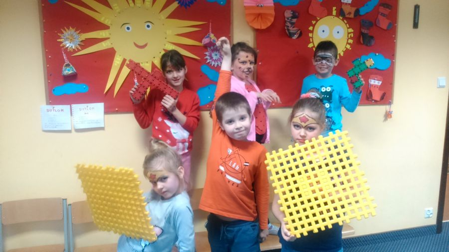 Dzieci pozują do zdjęcia z rekwizytami wykonanymi z klocków