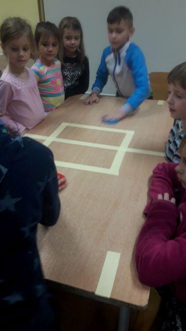 dzieci grają w cymbergaja