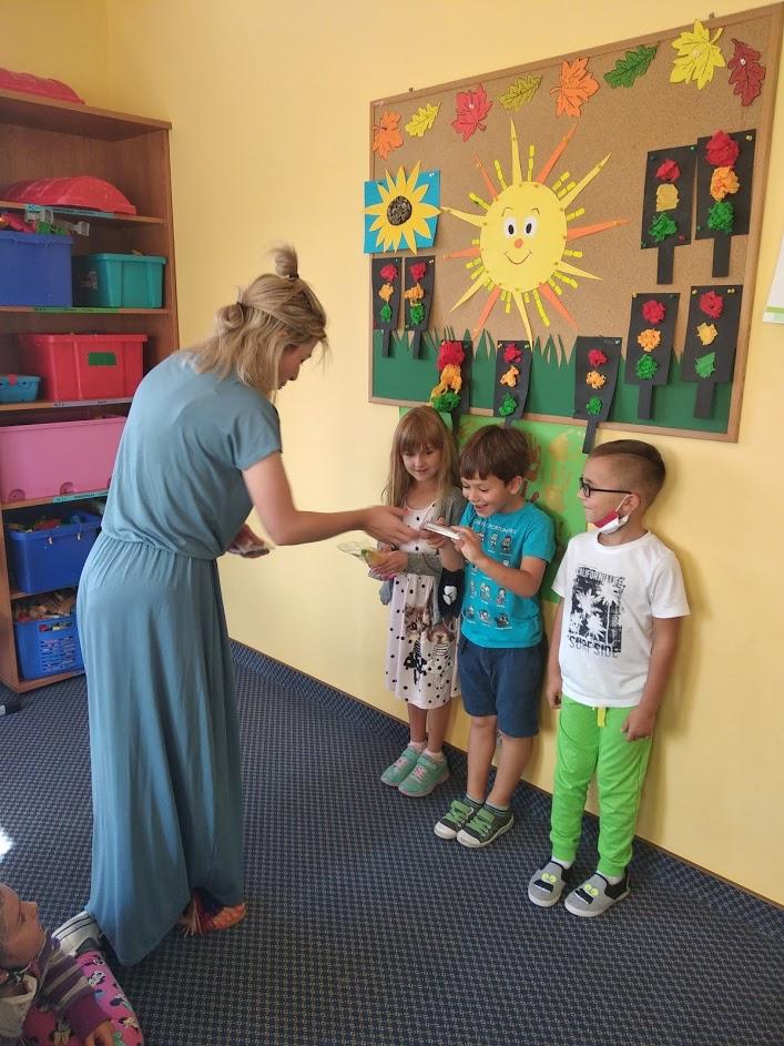 wychowawca wręcza nagrody zwycięzcom