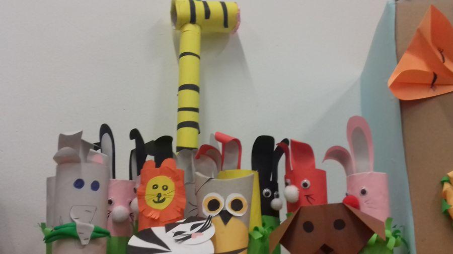 2657Wystawka zwierzątek z papieru kolorowego i rolek