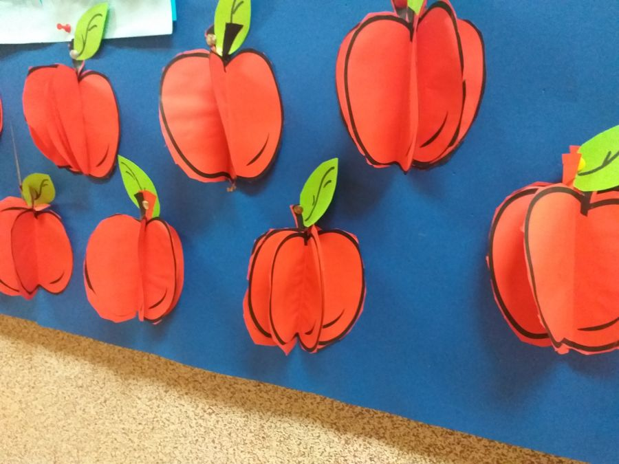jabłka z kolorowego papieru wykonane przez dzieci