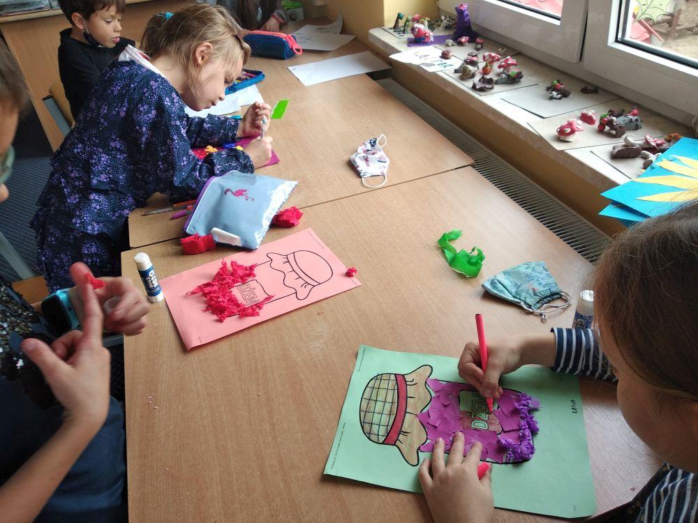 dzieci robią bibułowy dżem