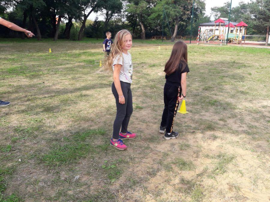 Dziewczynki przygotowują się do biegu