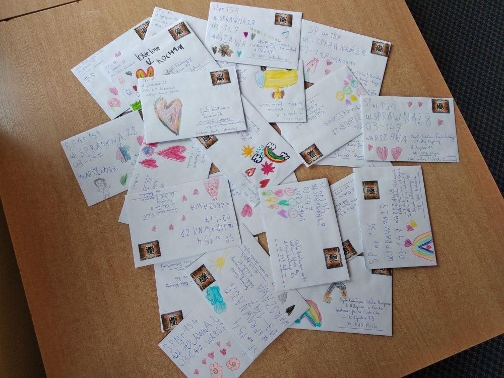 stos pocztówek gotowych do wysłania