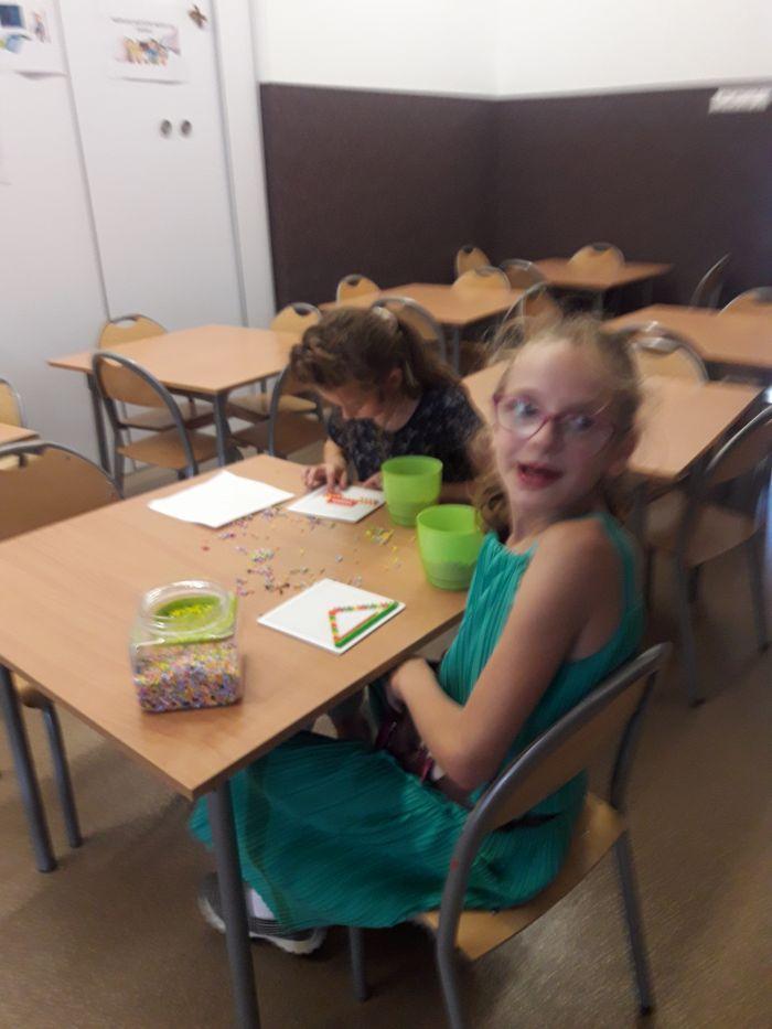 Dziewczyny z klasy trzeciej podczas koralikowej dłubaniny
