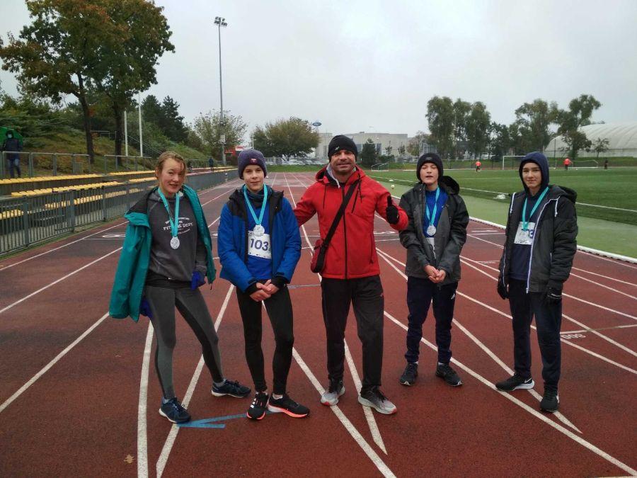 Uczestnicy biegu z medalami