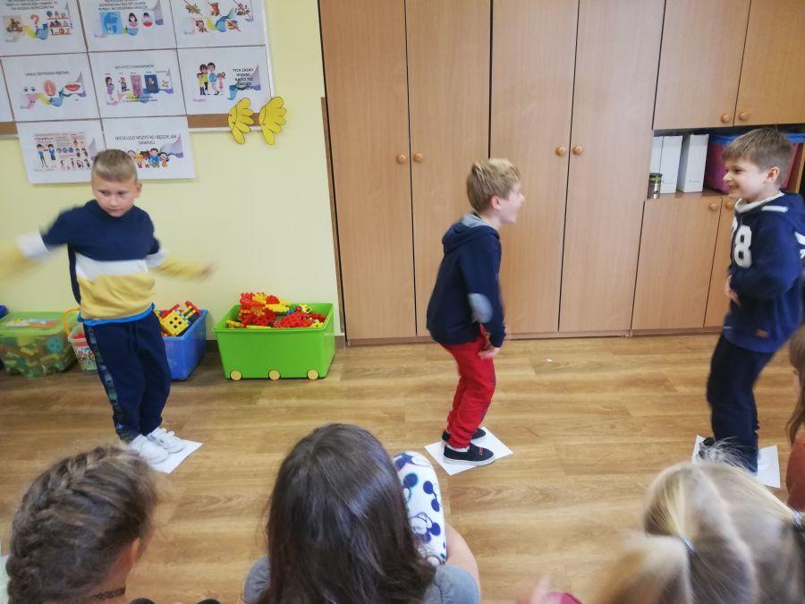 chłopcy w trakcie konkurencji sportowych