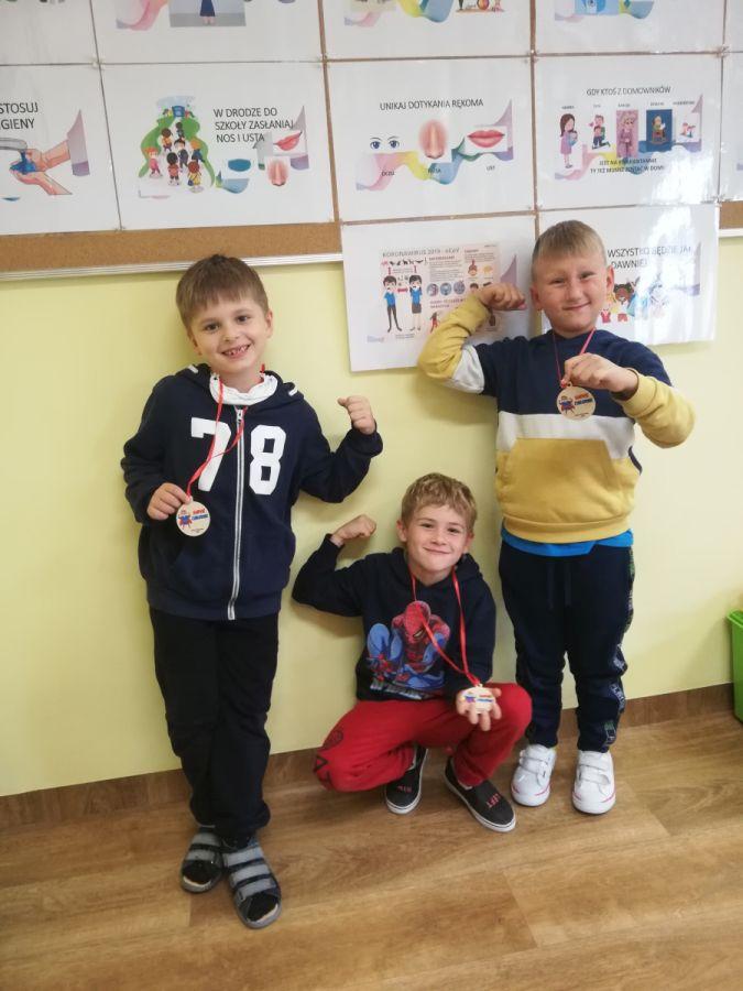 chłopcy po otrzymaniu medali