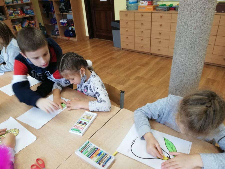 dzieci wykonujące pracę plastyczną
