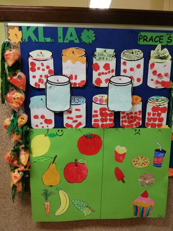 prace dzieci: marchewki, słoje z przetworami i plakat o zdrowym odżywianiu