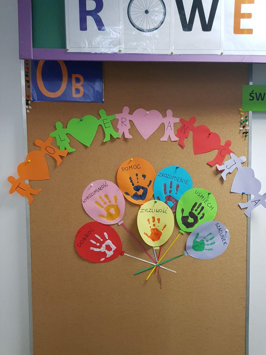 Prace dzieci prezentowane  na tablicy szkolnej