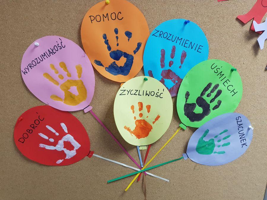 Kolorowe balony z napisami: dobroć, wyrozumiałość, pomoc, życzliwość, zrozumienie, szacunek i uśmiech