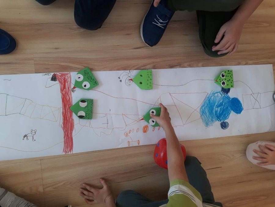 """Dzieci grające w grę """"Wyścig żabek"""
