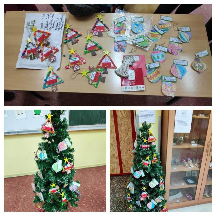 Ubrana choinka oraz ozdoby świąteczne przygotowane przez uczniów klas 0a, 0b.