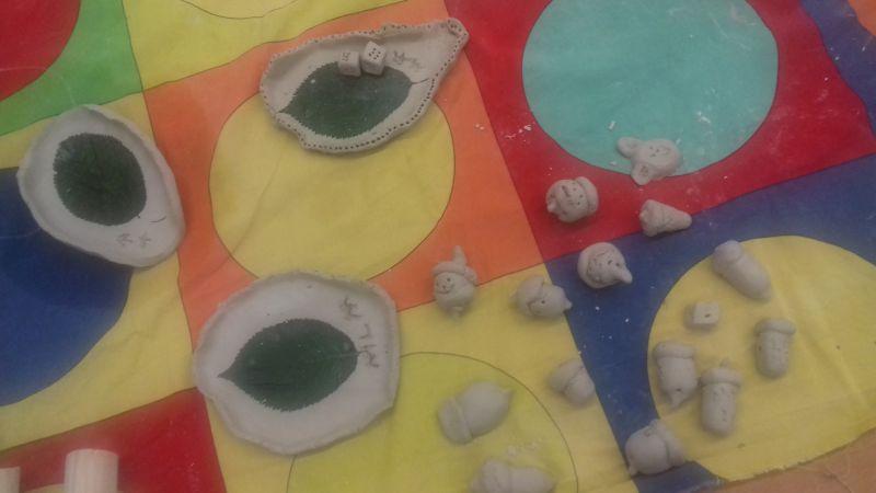 Zdjęcie pokazuje wykonane miseczki z gliny w kształcie liści