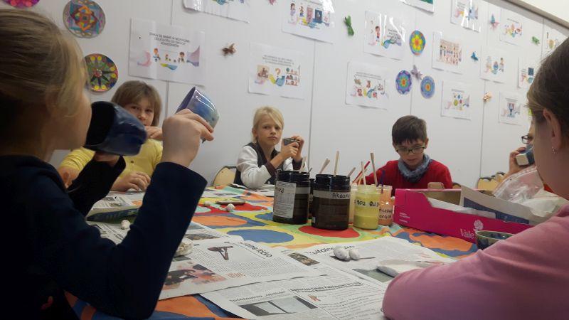 Dzieci wykonują miseczki z gliny w kształcie liści