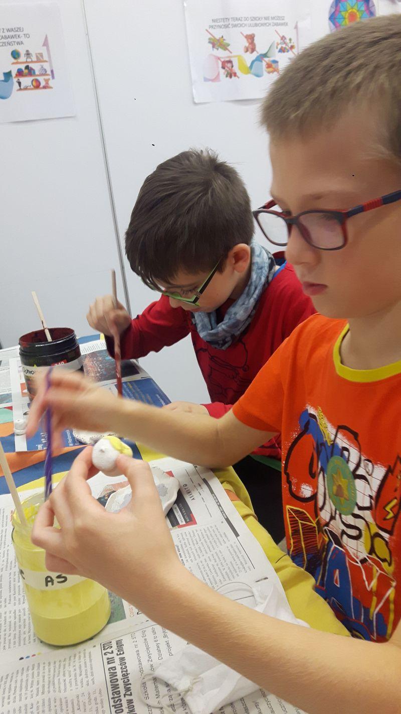 Dzieci malują szkliwem wykonane miseczki