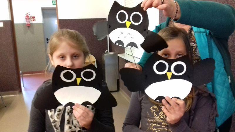 Pani i trzy dziewczynki prezentują wykonane sowy