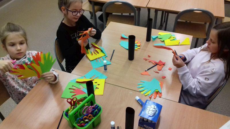 Dziewczynki wycinają z papieru kolorowego