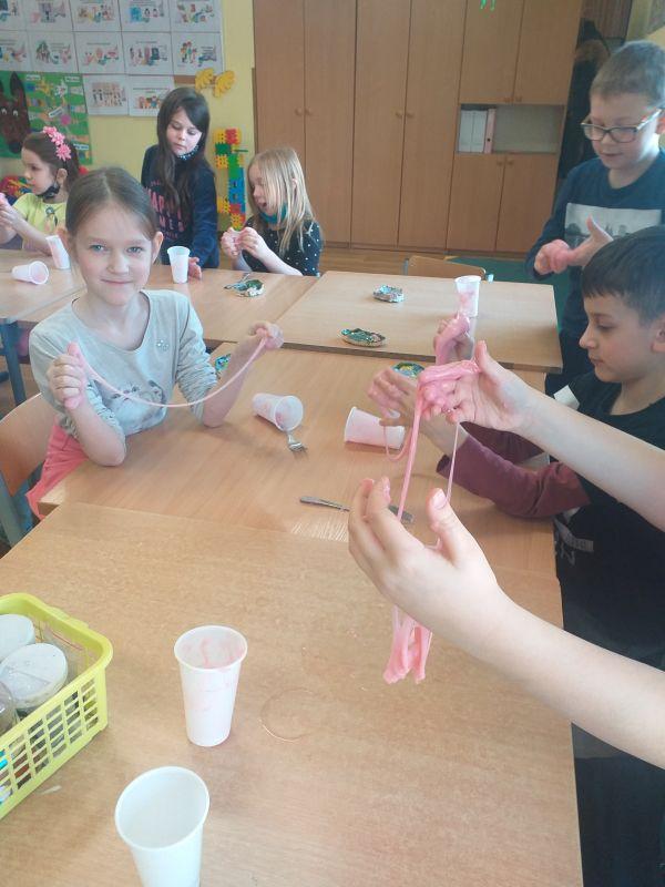 dzieci prezentuj a wykonana masę