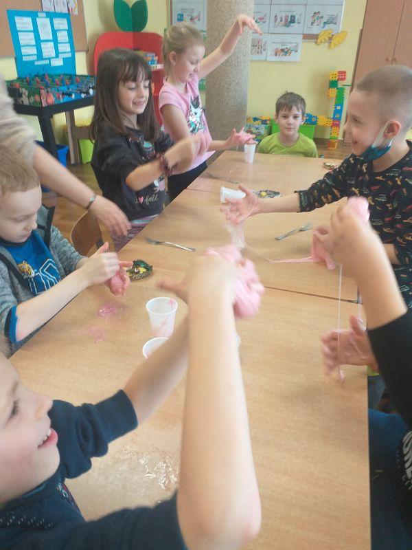 dzieci bawią się wykonana masą