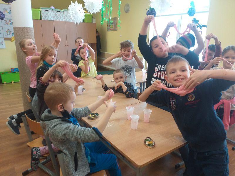 dzieci prezentują wykonaną masę