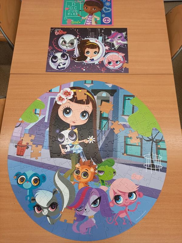 zdjęcie przedstawia puzzle ułożone przez dzieci