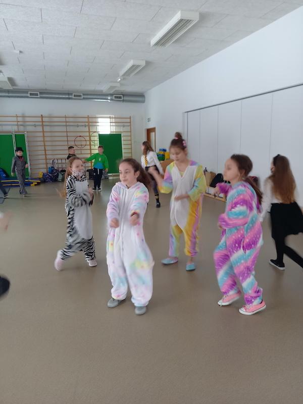 dzieci tańczą w rytm muzyki