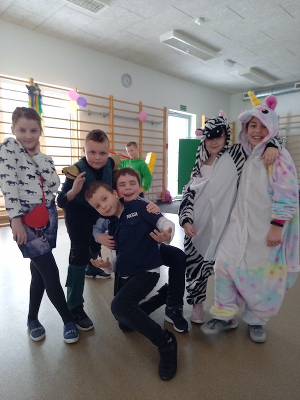 dzieci prezentują stroje karnawałowe