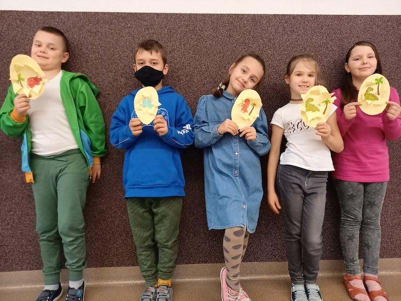 dzieci prezentują wykonane prace o dinozaurach