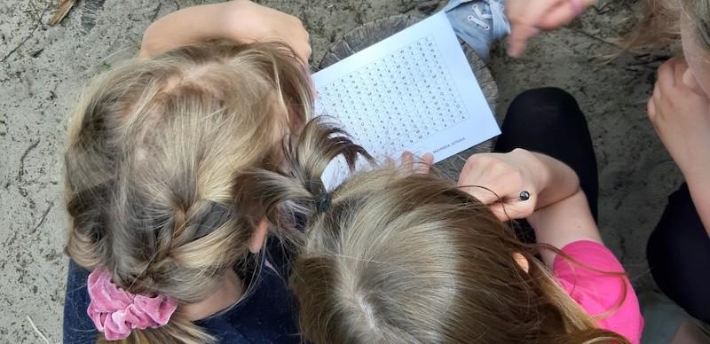dziewczynki rozwiązują łamigłówkę