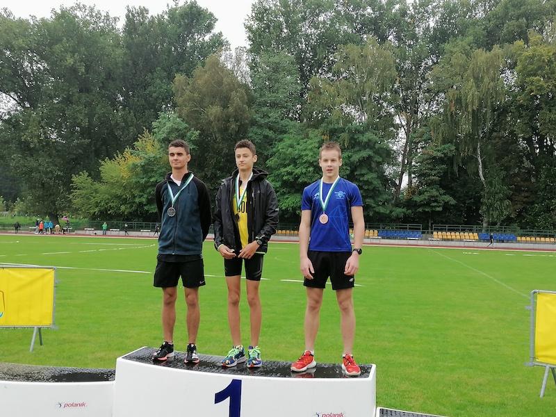 Zwycięzcy z medalami