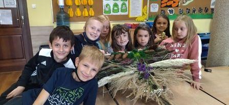 Zdjęcie przedstawia grupę uczestników warsztatów i gotowy naturalny bylin.