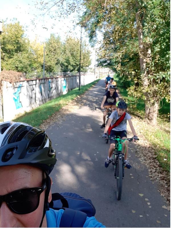 uczestnicy wycieczki na rowerach, w drodze do miejsca docelowego